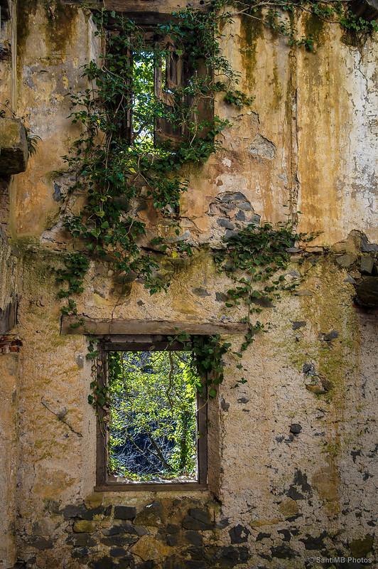 Mirando a través de las ventanas del Molí del Mir