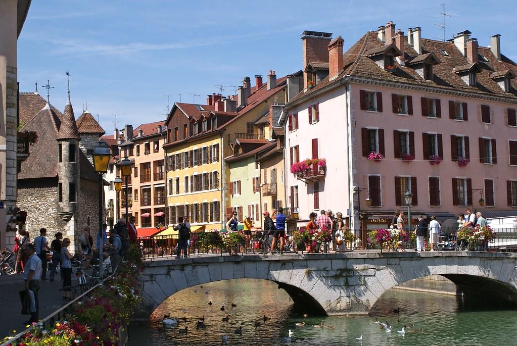 La vieille ville d'Annecy avec ses canaux, ses couleurs, son lac.