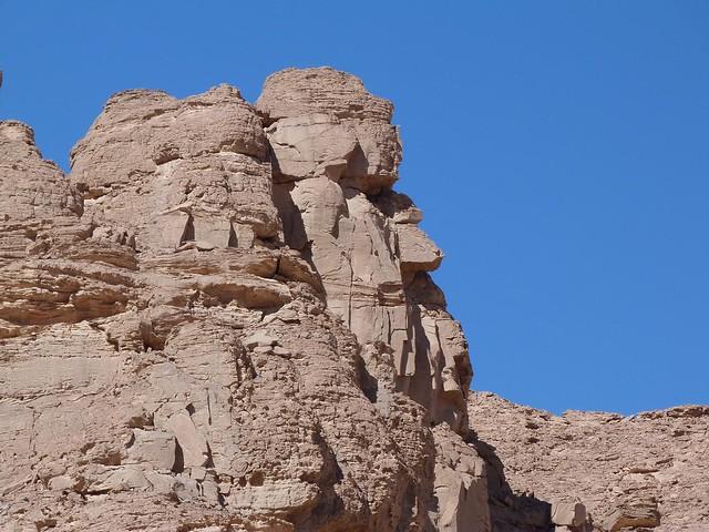 Roca que parece un moái en el desierto de Egipto