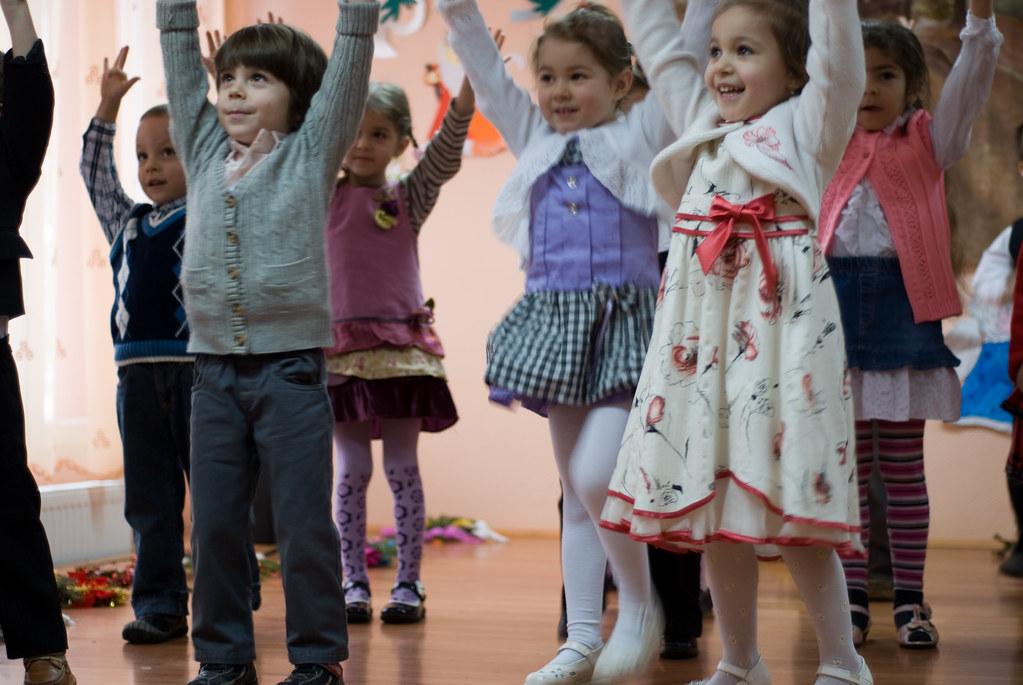 Un groupe d'enfants qui dansent.