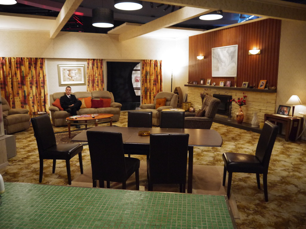 Day nineteen outrageous fortune set west 39 s house at au for Affordable furniture 610 houston