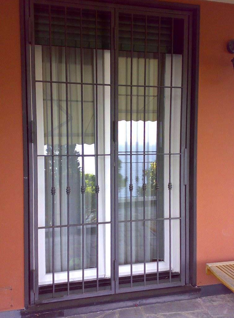Inferriate e cancelli in ferro anche battuto cancello pe - Cancelli in ferro per porte finestre ...