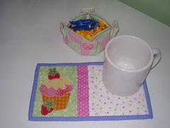 Mug rug e cestinha cheinha de guloseimas, hehe by Geisa's Patchwork Fashion