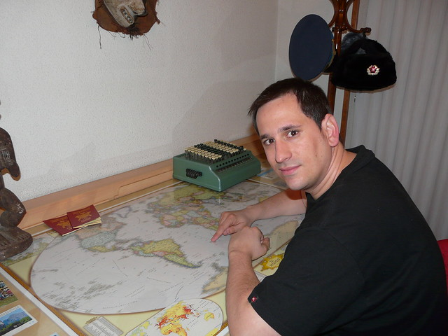 Sele con un mapamundi