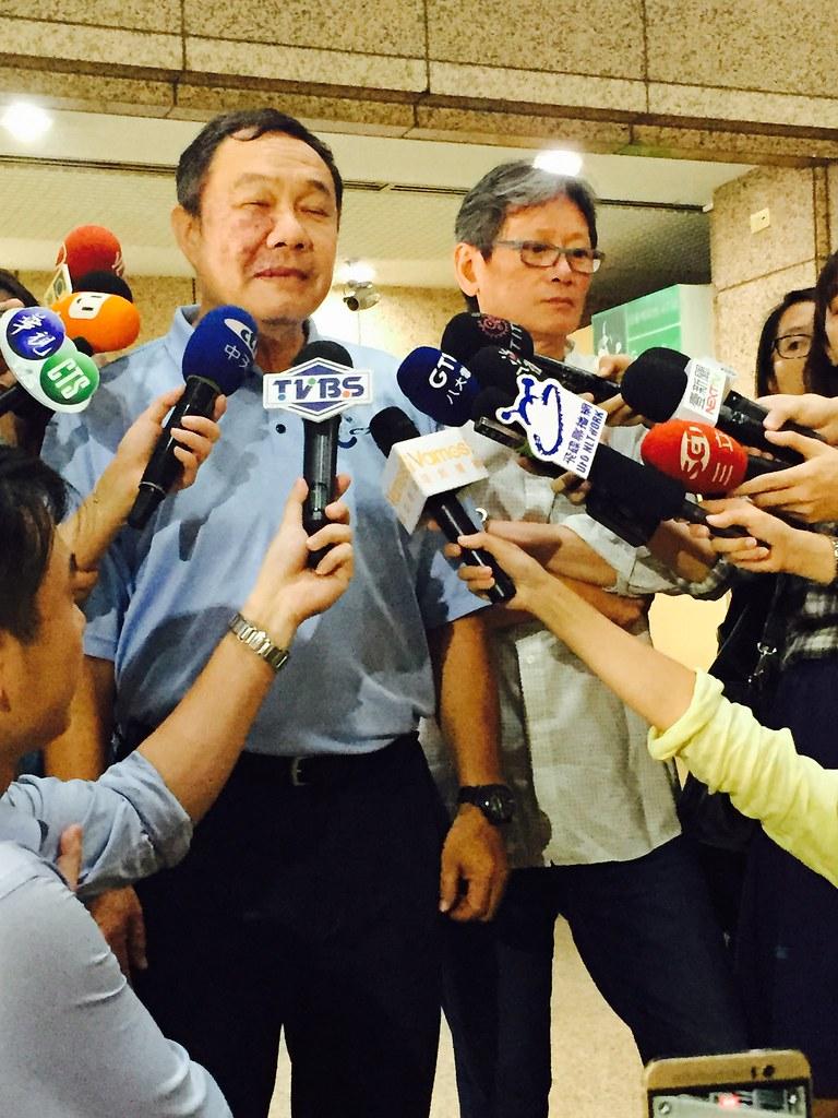 台體大校長林華韋(左起)、總教練郭泰源。(李心筠/攝)
