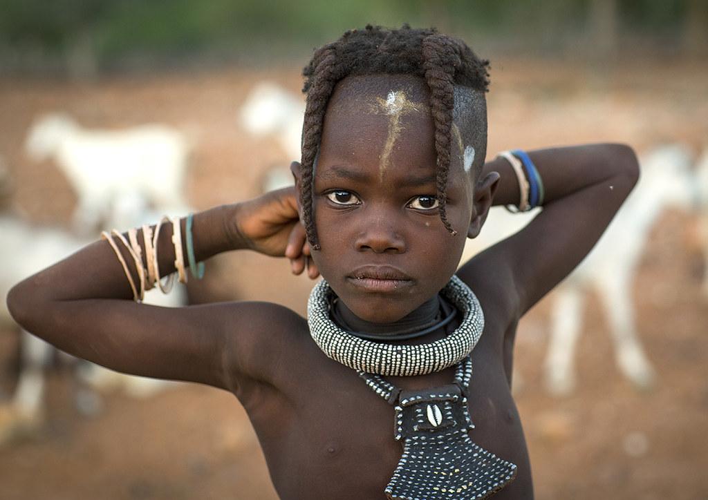 Unge Himba pige Hos Etnisk frisure, Epupa, Namibia-6336