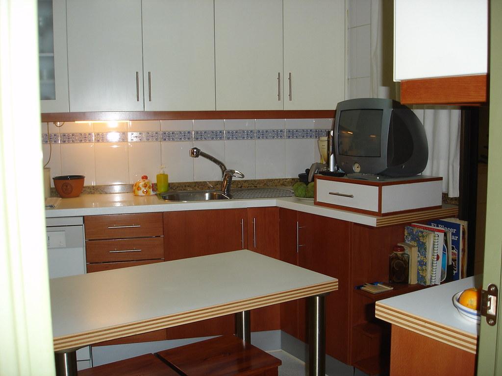 Cocina el brazo giratorio del grifo del fregadero es - Grifo cocina extensible ...