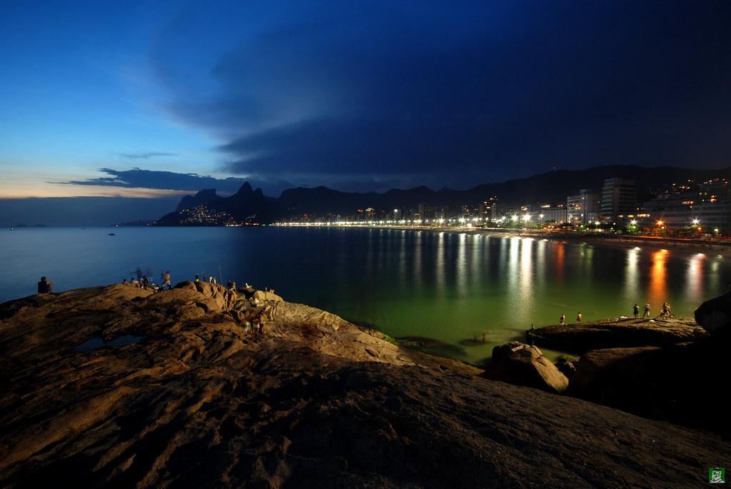 An ipanema night ipanema beach from arpoador rio de for Miroir nightclub rio