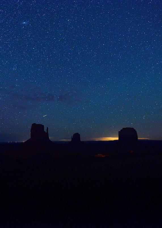 Noche estrellada sobre Monument Valley en mitad del desierto de Utah
