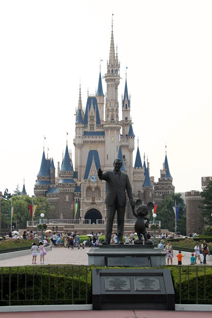 partners statue and cinderella castle