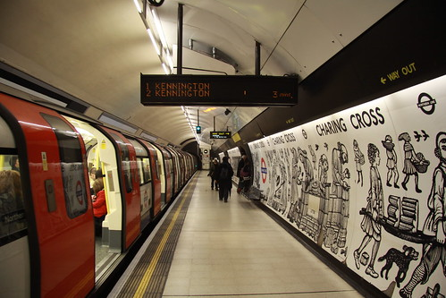 Train calling at Charing Cross, Northern line southbound