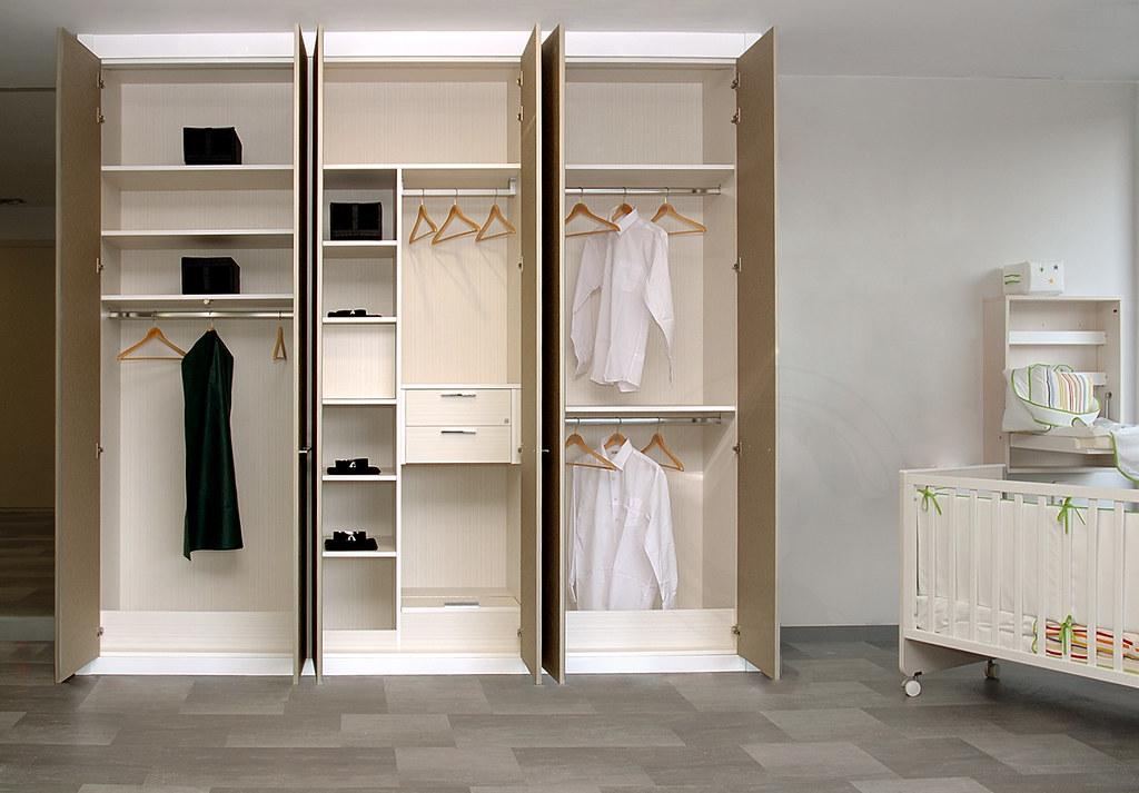 Armario de puertas abatibles armario personalizado de - Puertas plegables armarios empotrados ...