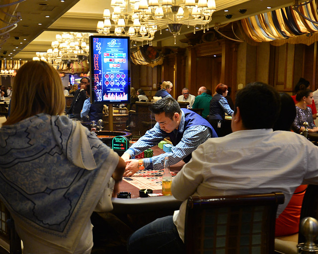 Casino Bellaggio en Las Vegas y una de las mesas de apuestas