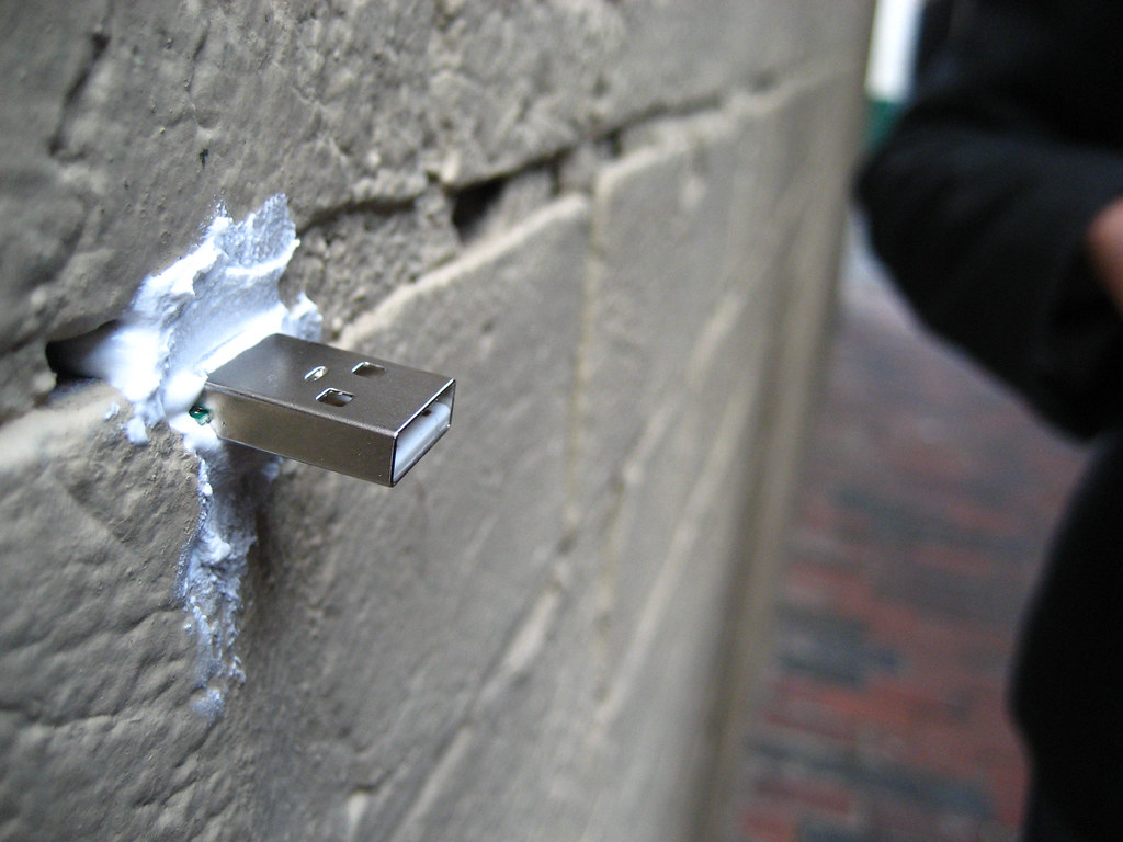 Deaddrops, pendrive introducido en una pared.
