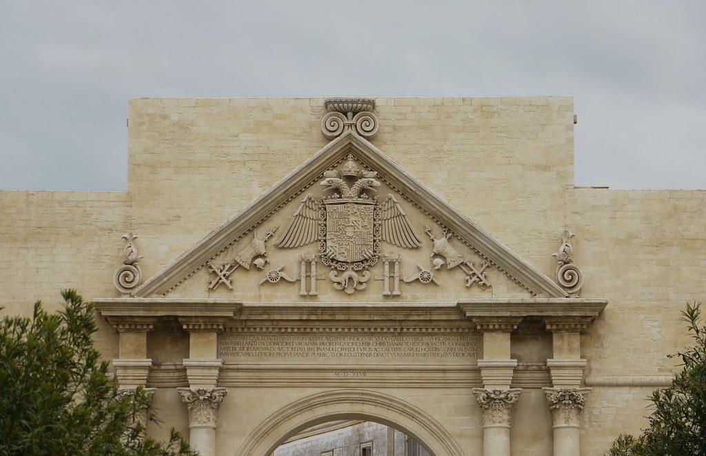 Lecce, Pouilles, Italie: Porta Napoli, qui imite un arc de ...