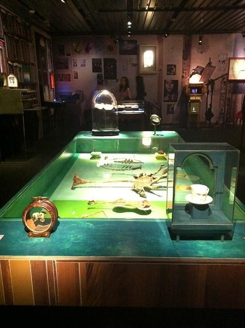 Michal batory aux arts d coratifs une table d 39 objets for Objet decoratif pour table