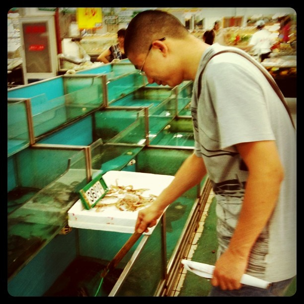 Buying live fish at grocery store step 1 chose live fish for Buying fish online