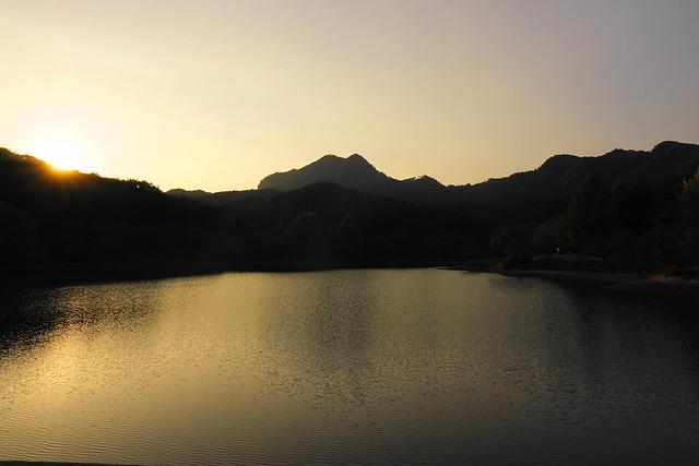 赤川ダムから眺める古賀志山と夕日