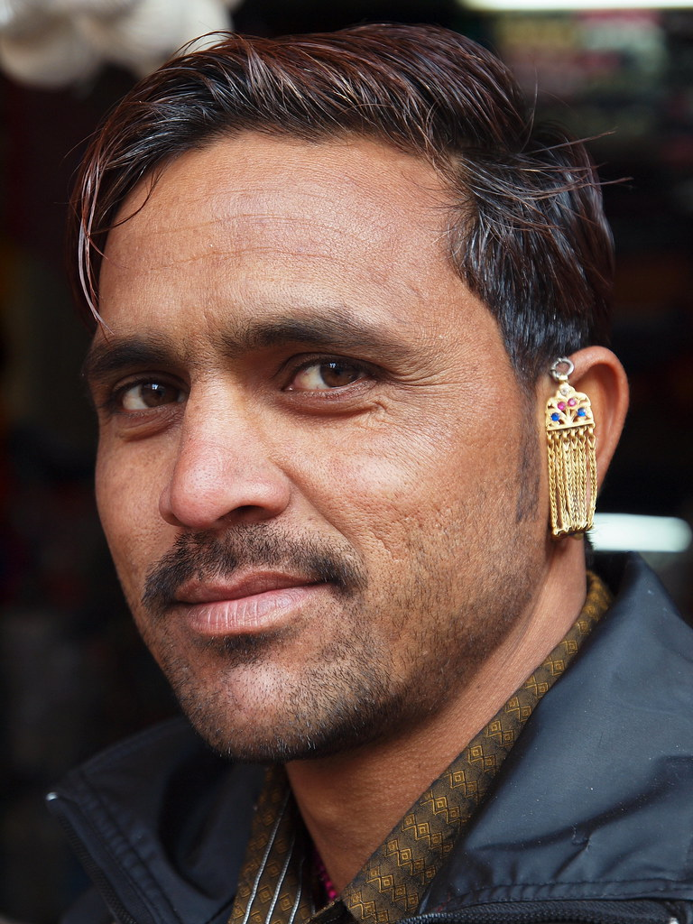 Man 2 earrings ~ beautify themselves with earrings