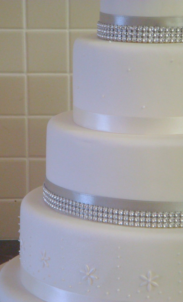 how to make a diamante wedding cake stand up of four tier wedding cake with diamante bands and 15804