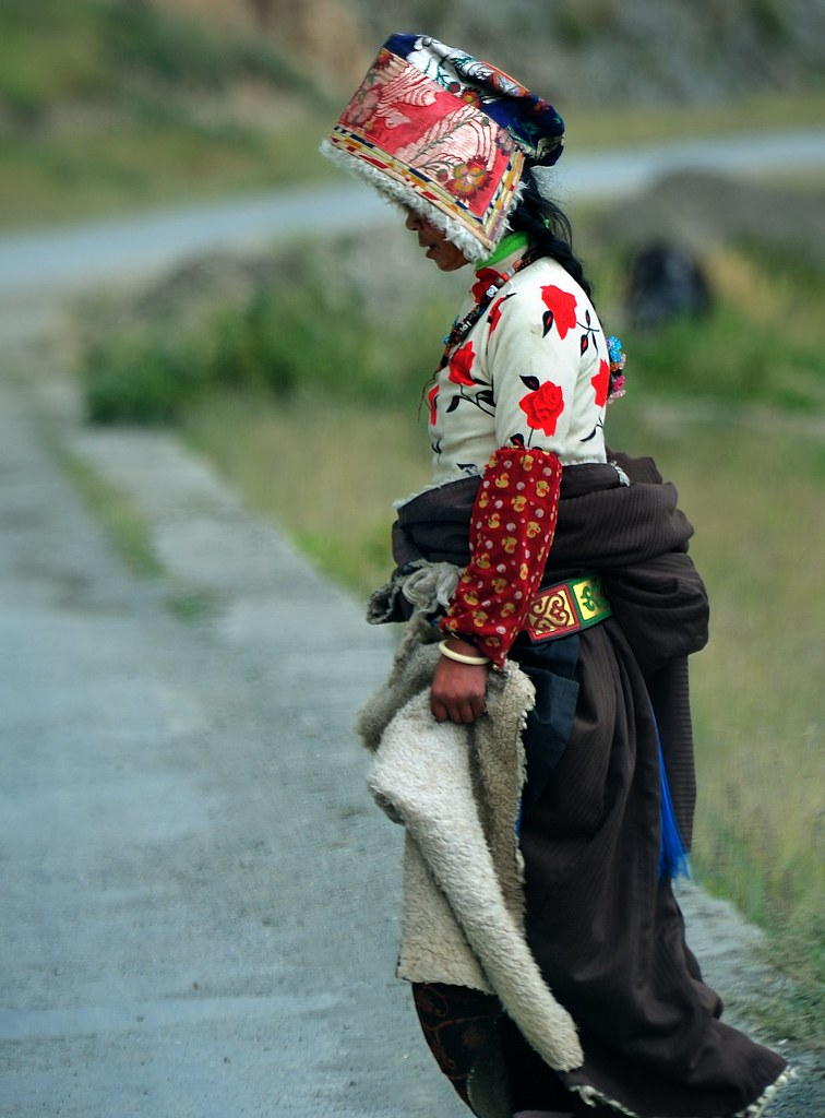 A lady in traditional Tibetan dress. | Like to see the ...