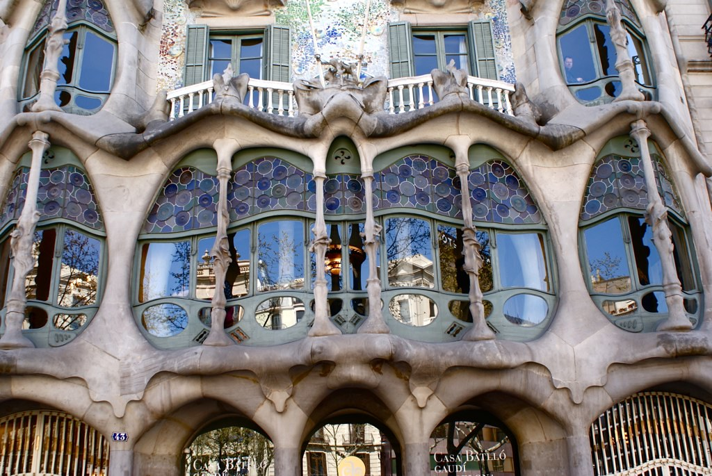 Baie vitrée de la Casa Batllo de Gaudi à Barcelone.