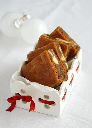 White chocolate gingerbread blondies / Blondies de gingerbread e chocolate branco | by Patricia Scarpin
