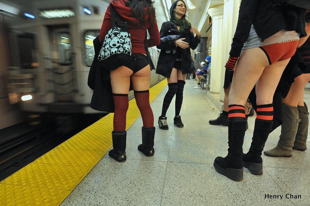 видео в метро под юбкой