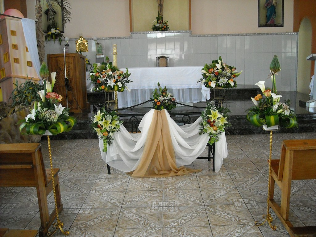 Decoraci n iglesia para boda 3 florister a by ana decora for Decoracion de adornos