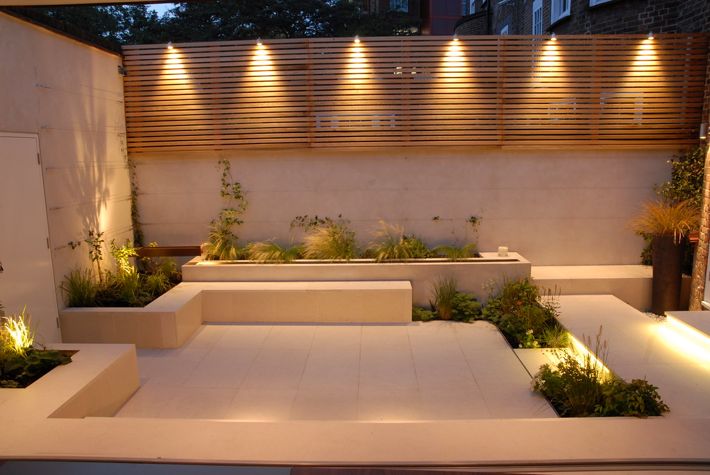 Courtyard in chelsea 17 copyright charlotte rowe garden de for Small landscape lights