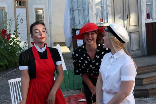 Tre damer i leken.