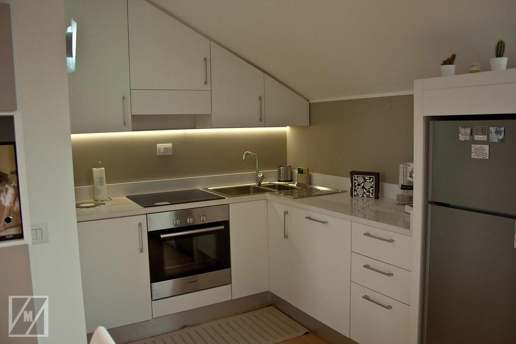 Cucina mansarda angolo cottura con pensili sagomati a - Cucine per angolo cottura ...
