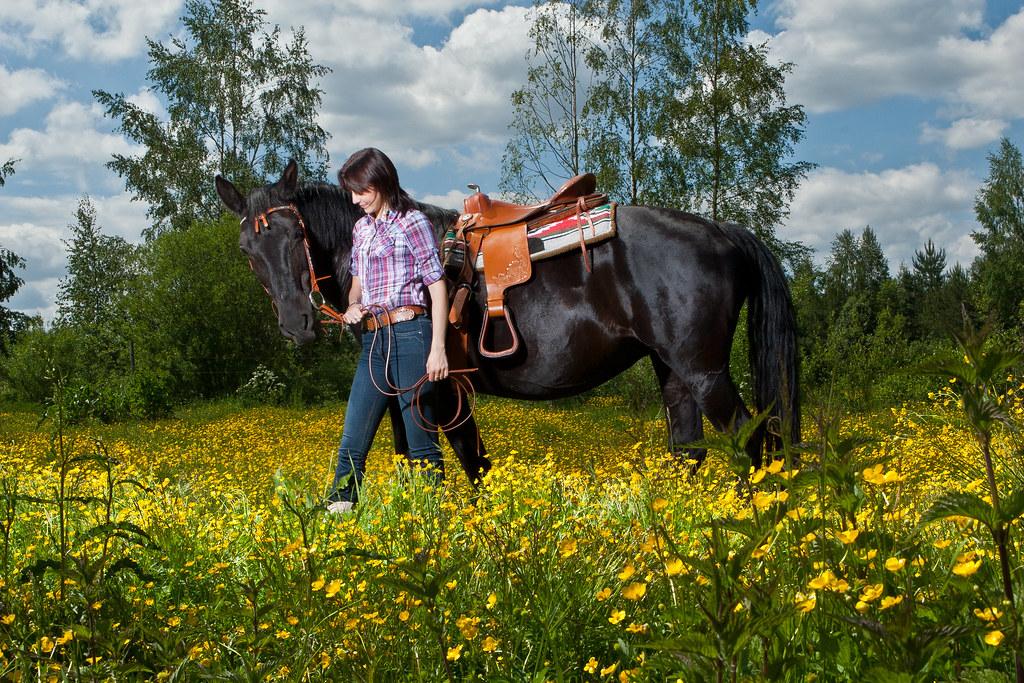 Meitene ar zirgu