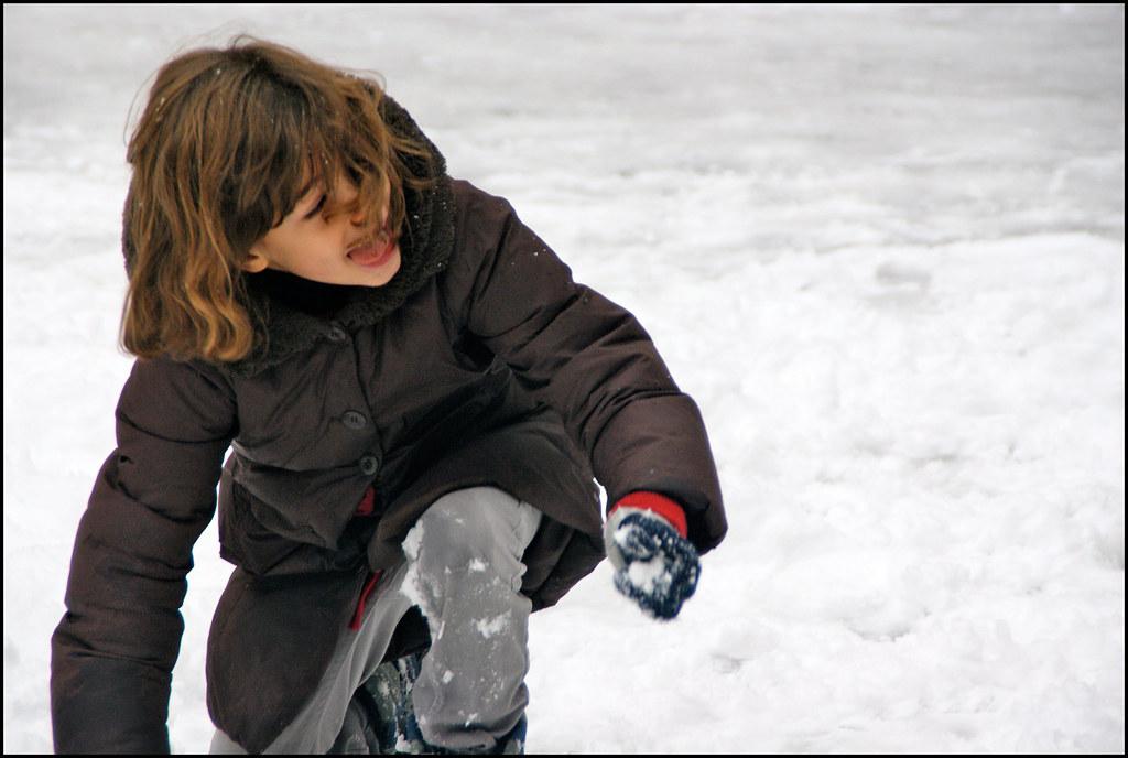 petite fille s 39 amusant avec des boules de neige clara. Black Bedroom Furniture Sets. Home Design Ideas