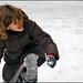 Petite fille s'amusant avec des boules de neige