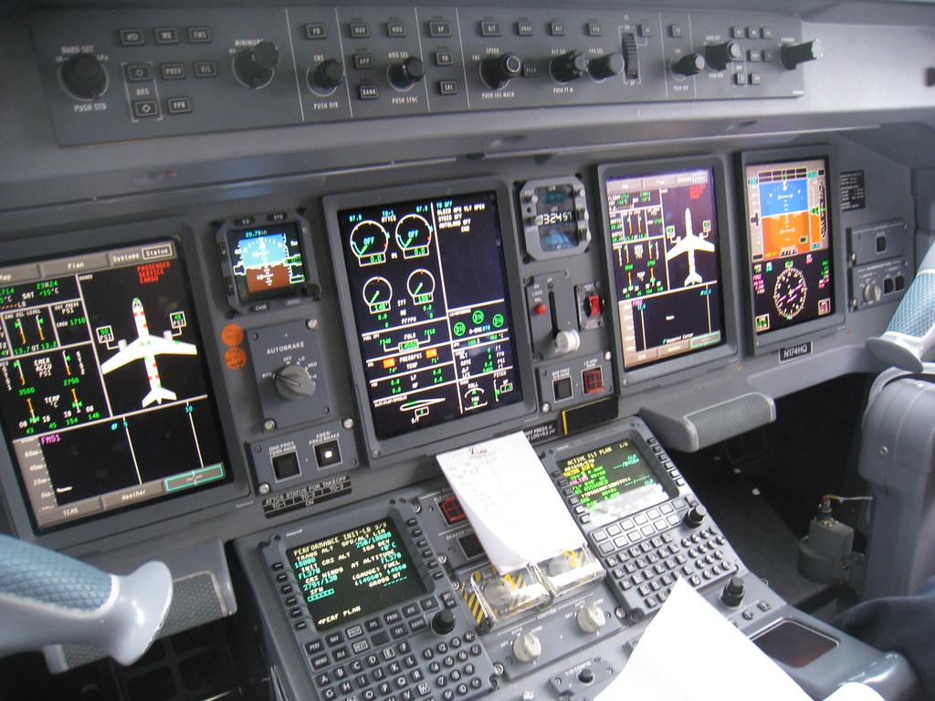 Embraer E190 cockpit | cockpit of N174HQ Frontier Airlines ...