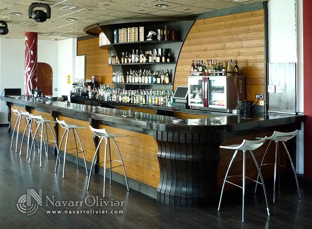 Bares restaurantes tiendas locales olivier navarro for Bar en madera moderno