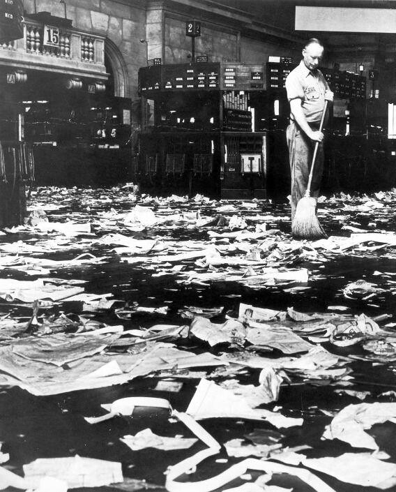 Schoonmaker Veegt De Vloer Na De Beurskrach Van 1929 Cle