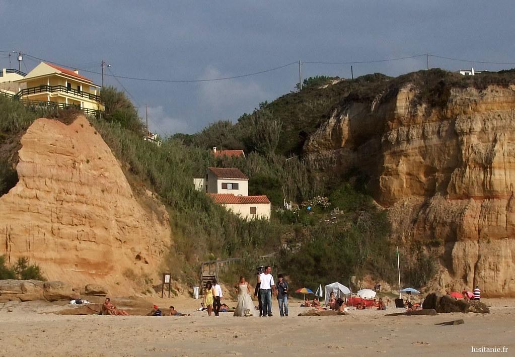 Jeunes mariés sur la plage