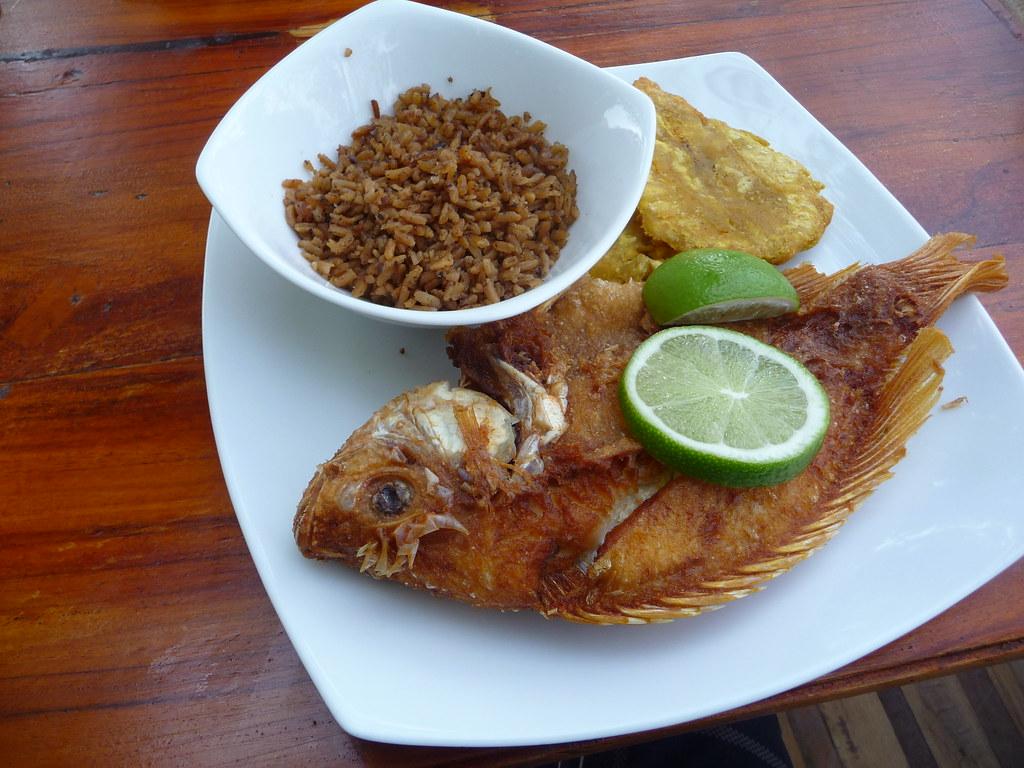 Mojarra frita, arroz con coco y patacon | Fabien Girardin ...