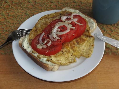 Gebratenes Ei mit Sauerrahm-Dipp und Tomate auf Toast