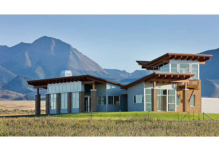 Exterior view of the living area with the pahsimeroi range for Mountain contemporary architecture