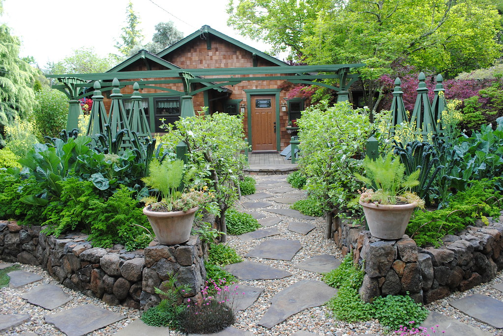Who says edible front yards can 39 t be incredible the for Entryway garden designs