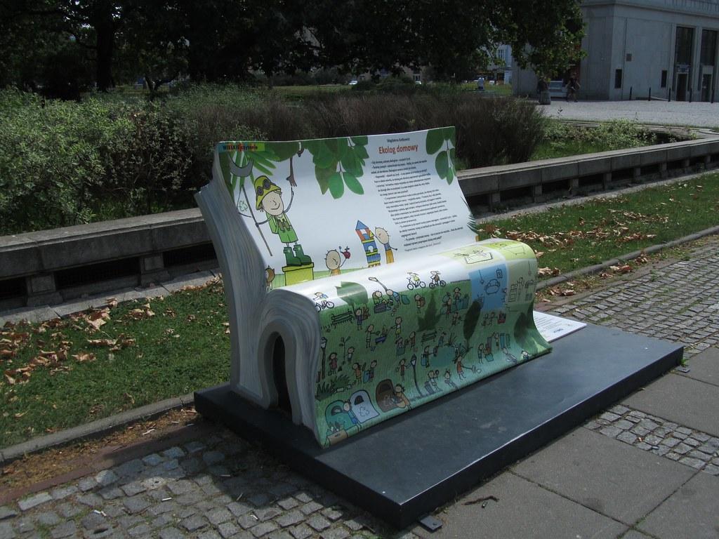 Banco con forma de libro en Varsovia