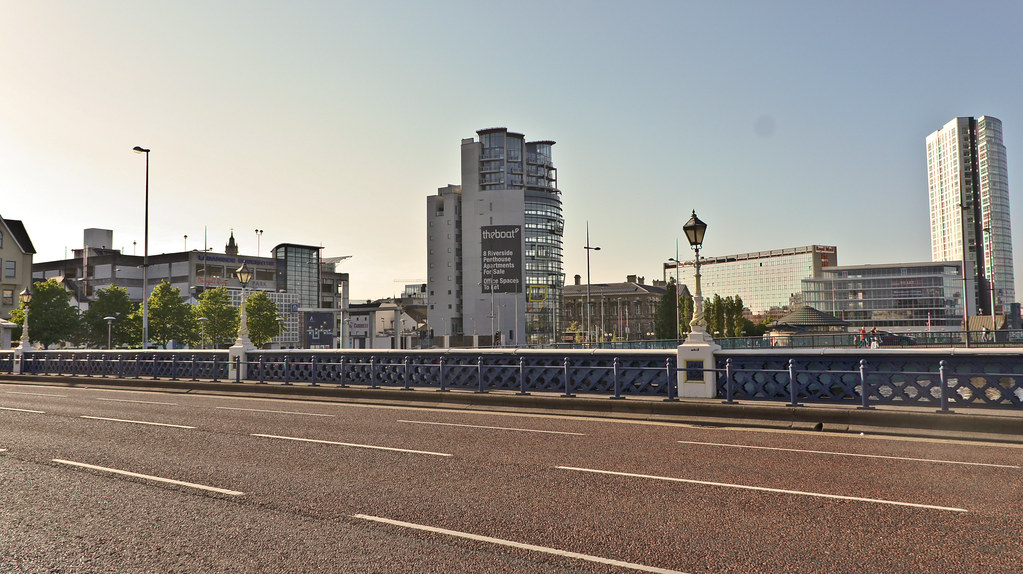 2011 PHOTOGRAPH OF QUEENS BRIDGE IN BELFAST 007