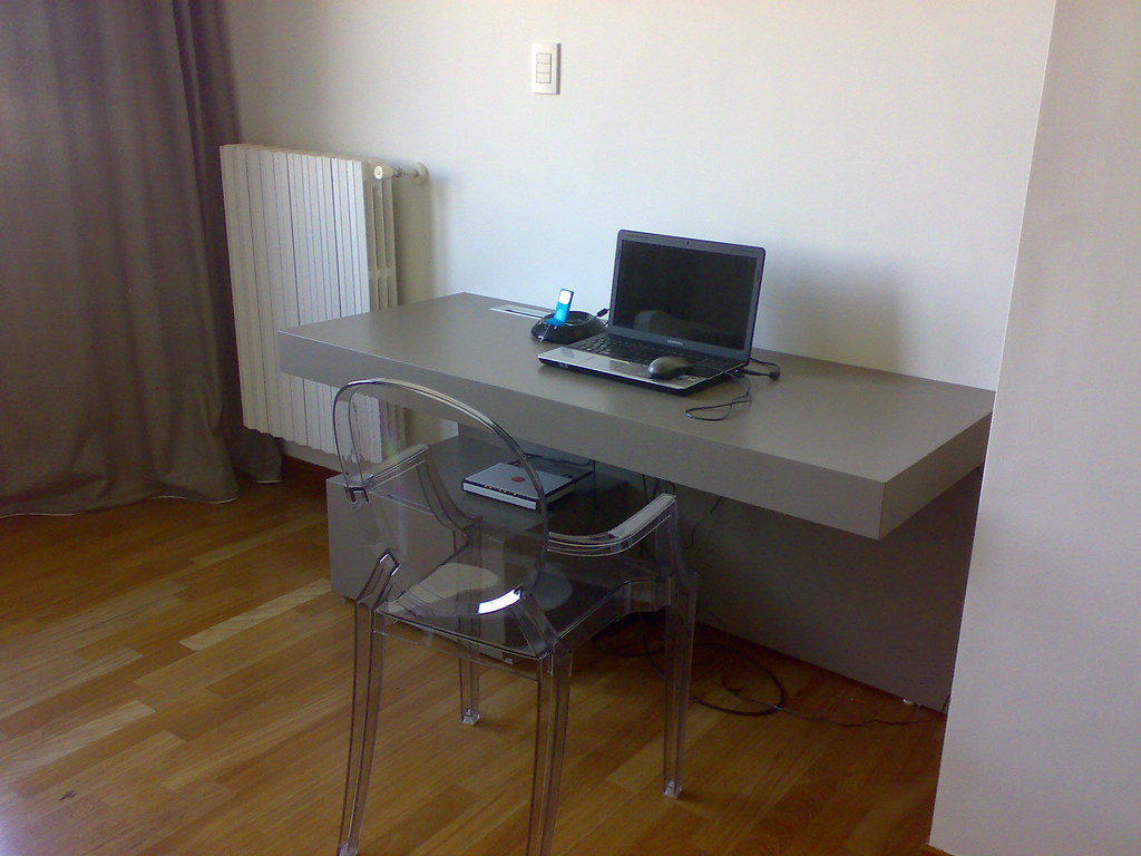 particolare scrivania sospesa e sedia floren7 flickr