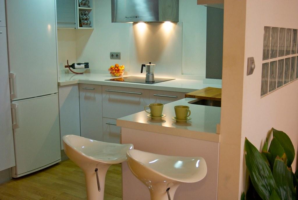 Cocina con taburetes semi abierta a la sala se alquila for Cocinas semiabiertas