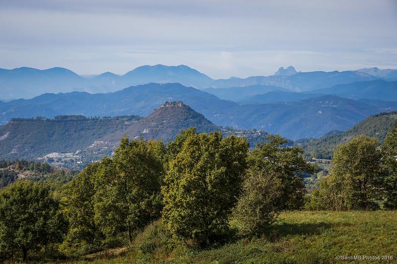 El castillo de Besora y el Pedraforca desde el Pla de Sivina