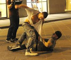 Conversano- due uomini si picchiano in Piazza Battisti