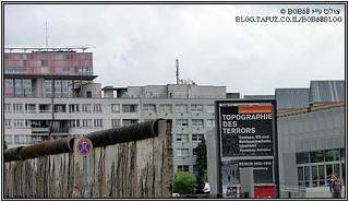 ברלין - הכניסה למוזיאון הטופוגרפיה של הטרור לצד חומת ברלין שהושארה במכוון